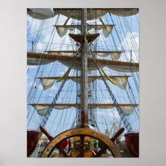 Rueda y aparejo del velero póster