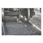 Ruedas de coche de tren de ferrocarril que golpean mantel individual