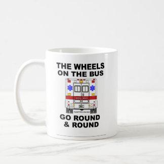 Ruedas en el autobús - ambulancia (taza) taza básica blanca
