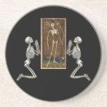 Ruegue la tarjeta de la muerte posavasos de arenisca