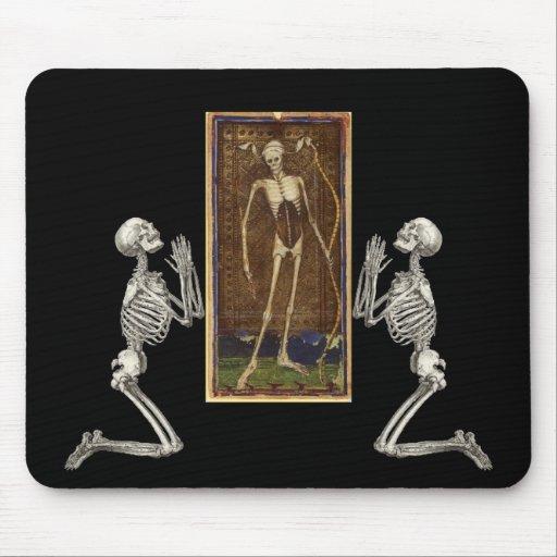 Ruegue la tarjeta de la muerte alfombrilla de raton