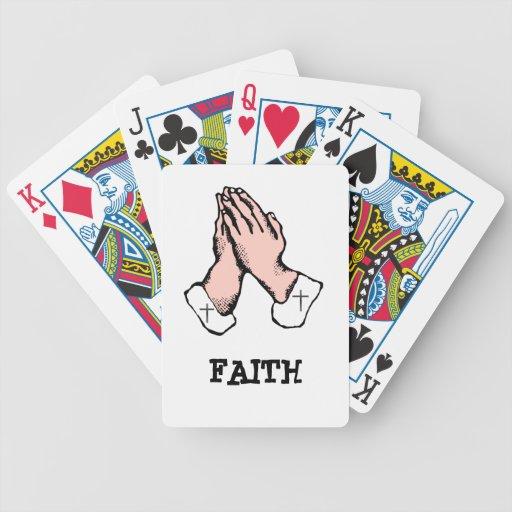 Ruegue los naipes de la fe de las manos barajas de cartas