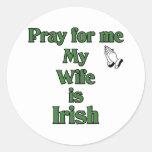 Ruegue para mí que mi esposa es irlandesa pegatina redonda