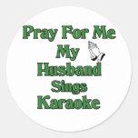 Ruegue para mí que mi marido canta Karaoke Pegatinas Redondas
