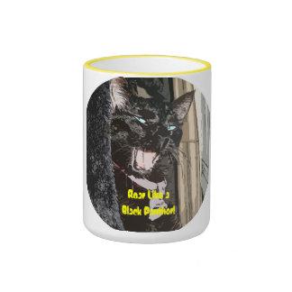 Rugido del gato negro como una taza de café de la