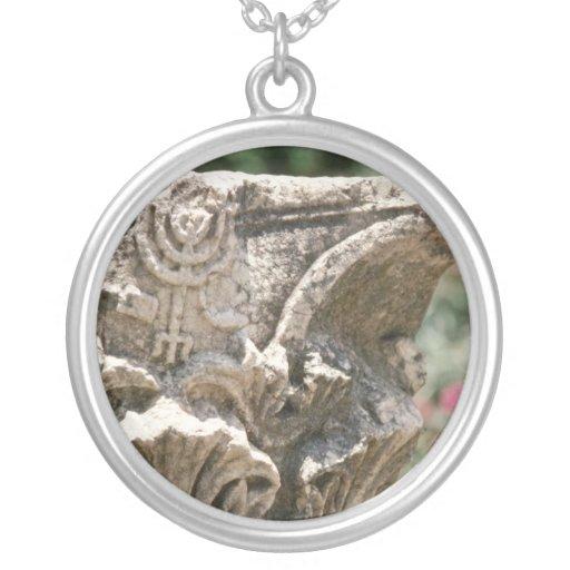 Ruina judía del templo con la flor del detalle de  joyerias personalizadas
