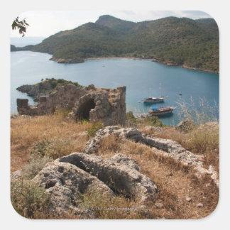 Ruinas del lugar de enterramiento antiguo en la pegatina cuadrada
