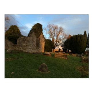 Ruinas destechadas de Kirk en la puesta del sol Tarjetas Postales