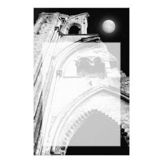 Ruinas en la noche. Blanco y negro. Papeleria De Diseño