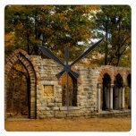 Ruinas en las hojas relojes de pared