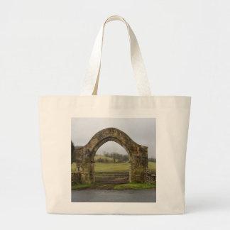 Ruinas inglesas de la entrada de la abadía bolsas