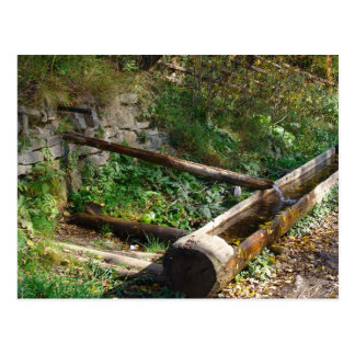 Rumania, el Moldavia, canal de madera del agua Tarjetas Postales