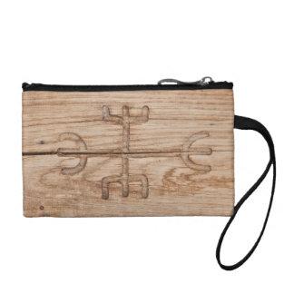 Runa de Viking en la madera agrietada