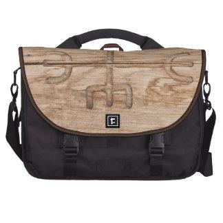 Runa de Viking en la madera agrietada Bolsas Para Ordenador