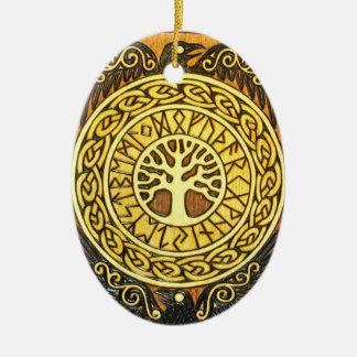 Runas de Viking con el árbol y el ornamento de Adorno Navideño Ovalado De Cerámica