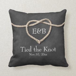 Rústico atando la almohada del boda del nudo