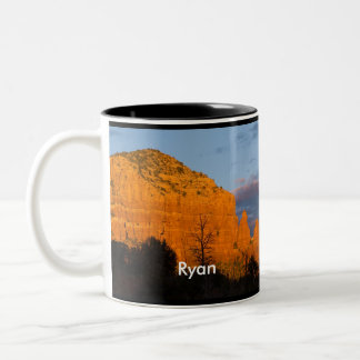 Ryan en la taza roja de la roca de la salida de la