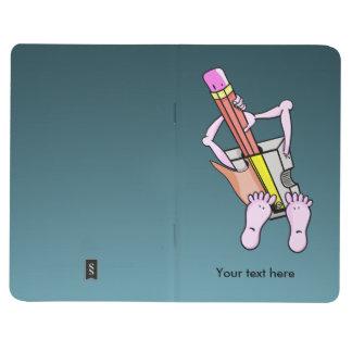 Sacapuntas de lápiz surrealistas con los brazos y cuadernos grapados