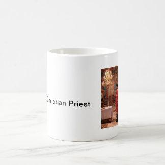 Sacerdote cristiano ortodoxo rumano en iglesia taza básica blanca