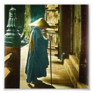 Sacerdote de rogación en linterna mágica del viejo fotografía