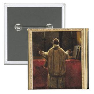 Sacerdote en el altar pin cuadrado