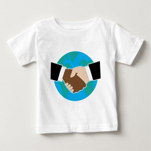 Sacudida de la mano del mundo camisetas