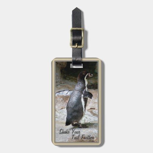 Sacudida del pingüino su etiqueta del equipaje de etiquetas maletas