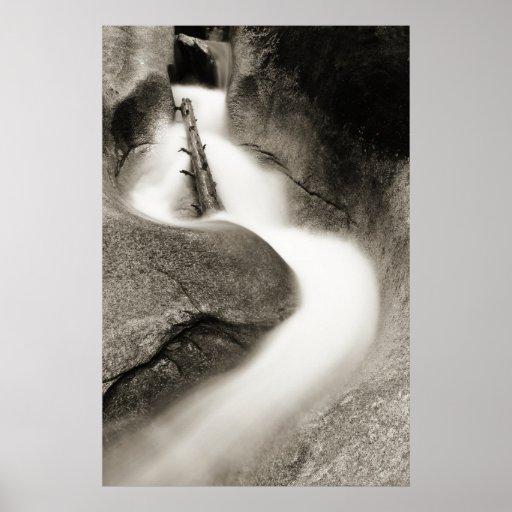 Saetín de la corriente de la montaña en blanco y n póster