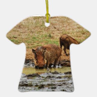 Safari de Warthogs wallowing Adorno Navideño De Cerámica En Forma De Playera