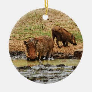 Safari de Warthogs wallowing Adorno Navideño Redondo De Cerámica
