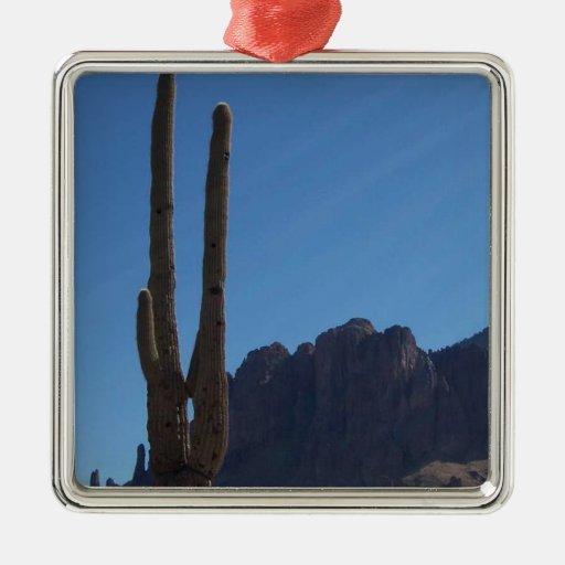 Saguaro contra el cielo azul y la colina ornamento para arbol de navidad