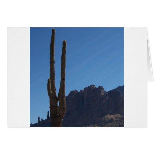 Saguaro contra el cielo azul y la colina tarjeta de felicitación