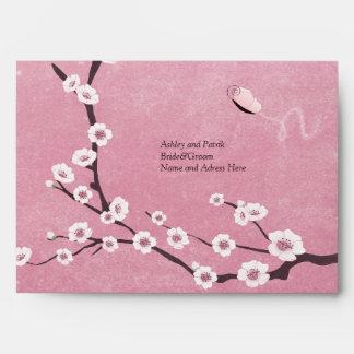 Sakura y mariposas que casan el sobre