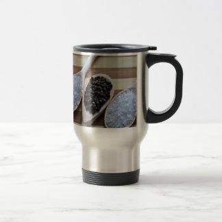 Sal de roca y granos de pimienta tazas de café