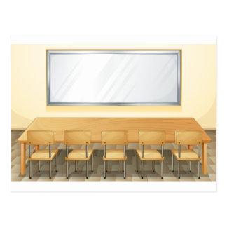 Sala de clase con whiteboard y las sillas postales