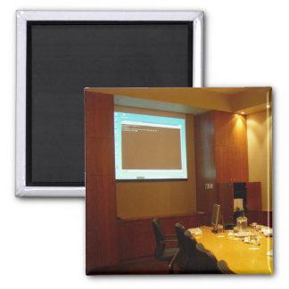 Sala de reunión con la exhibición del proyector imán de nevera