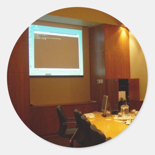 Sala de reunión con la exhibición del proyector pegatina redonda