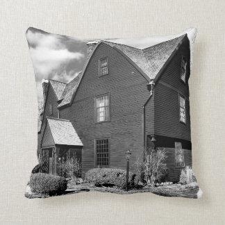Salem histórica - casa de siete aguilones cojín decorativo