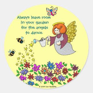 Salga del sitio en su jardín para los ángeles a la pegatina redonda