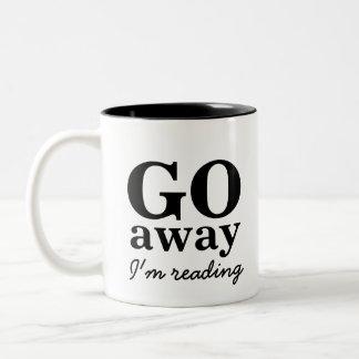 Salgo, estoy leyendo la taza de café de los