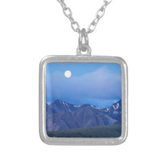 Salida de la luna del cielo sobre gama de Alaska Joyerias