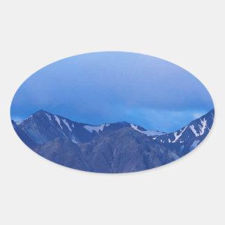 Salida de la luna del cielo sobre gama de Alaska Pegatina Ovalada