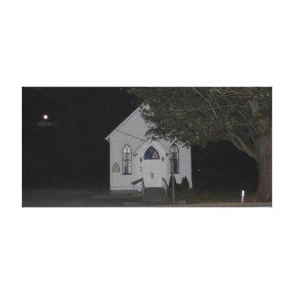 Salida de la luna detrás de la iglesia de St Steph Lona Envuelta Para Galerías