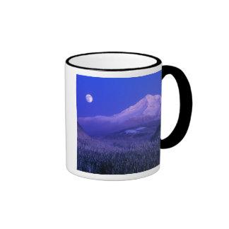 Salida de la luna durante el invierno de la capill tazas de café