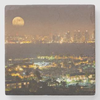 Salida de la luna sobre el horizonte de San Diego Posavasos De Piedra