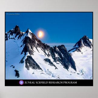Salida de la luna sobre las montañas póster