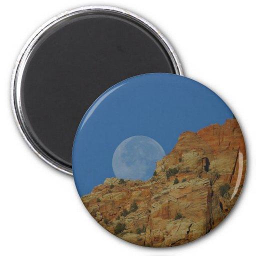 Salida de la luna sobre los acantilados en Zion Iman