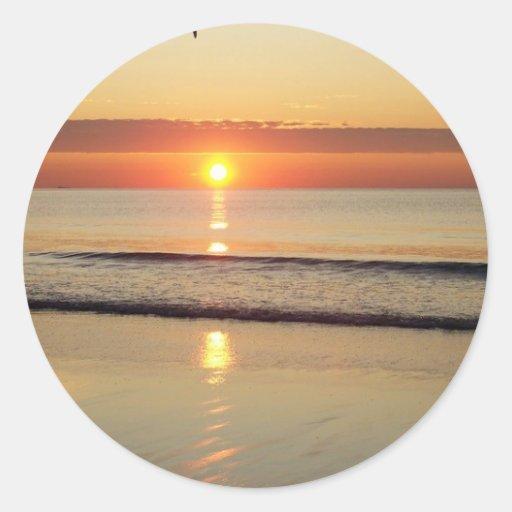 Salida del sol a lo largo de la playa New Pegatina Redonda