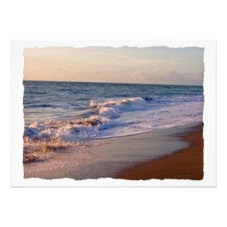 Salida del sol a lo largo de ondas picadas de la p anuncios