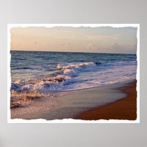 Salida del sol a lo largo de ondas picadas de la p póster